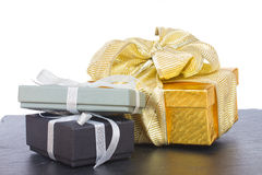 Pila de cajas de regalo con las decoraciones de la Navidad Fotos de archivo