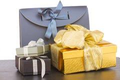 Pila de cajas de regalo con las decoraciones de la Navidad Imágenes de archivo libres de regalías