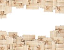 Pila de cajas del paquete, aislada en los fondos blancos Fotos de archivo