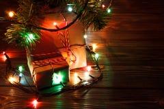 Pila de cajas de regalo debajo del árbol de navidad al lado de la chimenea en la sala de estar Fotos de archivo