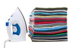 Pila de camisas y de hierro a la izquierda Imágenes de archivo libres de regalías