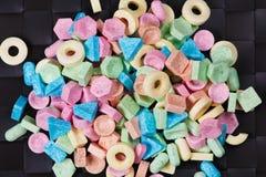 Pila de caramelo dulce colorido en fondo negro Imágenes de archivo libres de regalías