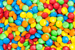 Pila de caramelos deliciosos coloridos del chocolate con leche en cáscara quebradiza Fotos de archivo