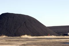 Pila de carbón para la central eléctrica Fotos de archivo libres de regalías