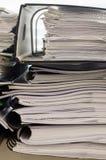 Pila de carpetas con los documentos Imágenes de archivo libres de regalías