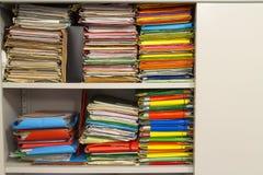 Pila de carpetas con los documentos archivales Fotografía de archivo