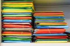 Pila de carpetas con los documentos archivales Fotografía de archivo libre de regalías