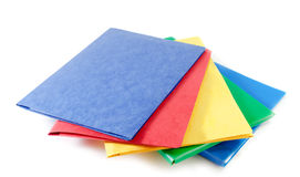 Pila de carpetas de archivos coloridas en el fondo blanco Fotografía de archivo