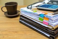 Pila de carpetas y de documentos con café Imagenes de archivo