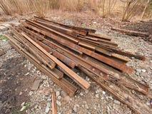 Pila de carriles oxidados usados Acción de los carriles de acero en el viejo ferrocarril cerrado Material del metal Imagenes de archivo