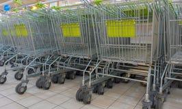 Pila de carros de la compra en una tienda del supermercado Fotos de archivo libres de regalías