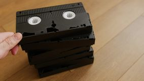 Pila de casete de la cinta video de VHS sobre el fondo de madera, visión superior almacen de video