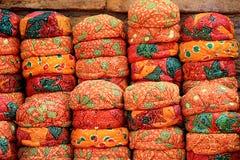 Pila de casquillos rojos de Rajasthani Fotos de archivo