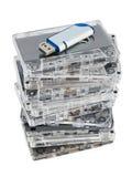Pila de cassettes audios y de memoria Flash imagenes de archivo