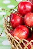 Pila de cerezas en la cesta de madera Imágenes de archivo libres de regalías