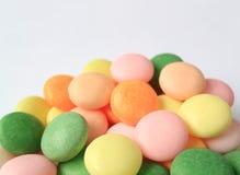 Pila de cerrado encima de los caramelos redondos multicolores con el foco selectivo Fotografía de archivo