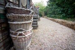 Pila de cestas a lo largo de la trayectoria Foto de archivo