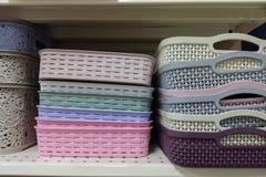 pila de cestas plásticas coloridas en el estante imágenes de archivo libres de regalías