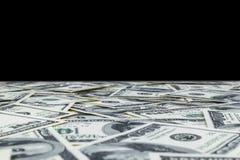 Pila de cientos billetes de dólar aislados en fondo negro Pila de dinero del efectivo en cientos billetes de banco del dólar Mont imagenes de archivo