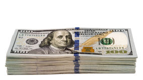 Pila de cientos billetes de banco del dólar aislados con el foco en la parte inferior 100s Foto de archivo