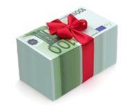 Pila de cientos billetes de banco euro con la cinta roja Foto de archivo libre de regalías