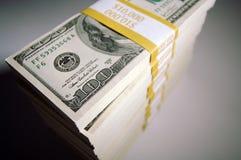 Pila de cientos cuentas de dólar Fotografía de archivo