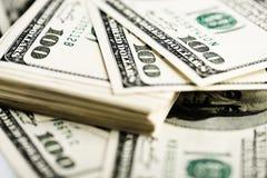 Pila de cientos primers de los billetes de dólar Foto de archivo