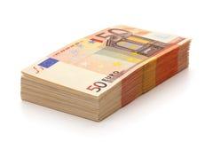 Pila de cincuenta billetes de banco euro. Foto de archivo