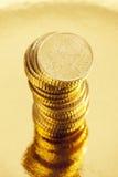 Pila de cincuenta monedas euro del centavo en fondo de oro Imagen de archivo