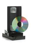 Pila de cintas de video análogas con el disco del DVD Imágenes de archivo libres de regalías