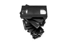 Pila de cintas video aisladas en blanco Imagenes de archivo