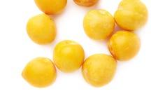 Pila de ciruelos amarillos múltiples aislados Imagen de archivo libre de regalías