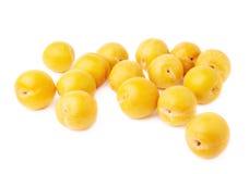Pila de ciruelos amarillos múltiples aislados Imágenes de archivo libres de regalías