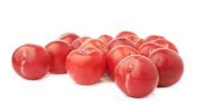 Pila de ciruelos rojos múltiples aislados Imagen de archivo libre de regalías