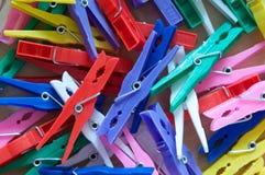 Pila de clavijas de ropa clasificadas Foto de archivo libre de regalías