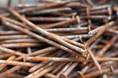 Pila de clavos oxidados Fotos de archivo libres de regalías