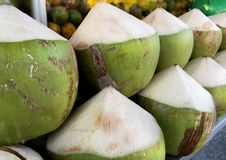 Pila de cocos Semi-pelados Imagen de archivo libre de regalías