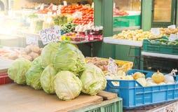 Pila de col en tabla del mercado del ` s del granjero Verduras sanas en la venta al aire libre en Polonia Fotografía de archivo