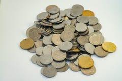 Pila de color de la plata y del oro de monedas malasias Foto de archivo libre de regalías