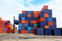 Pila de contenedores en los muelles Foto de archivo libre de regalías