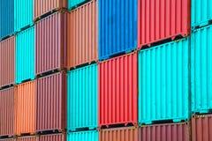 Pila de contenedores en los muelles Fotografía de archivo libre de regalías