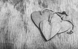 Pila de corazones de madera en un viejo tablero Tarjetas del día de San Valentín enselvadas en un fondo de madera Fotografía de archivo libre de regalías