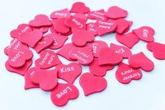 Pila de corazones rosados dispersados como símbolo del amor en el fondo blanco fotografía de archivo