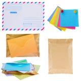 Pila de correo, de sobres y de etiquetas engomadas fotos de archivo