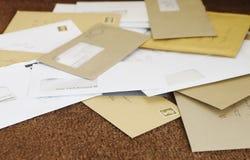 Pila de correo en el felpudo Imagenes de archivo