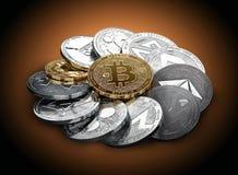 Pila de cryptocurrencies en un círculo con un bitcoin de oro en el centro ilustración del vector