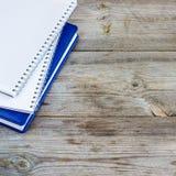 Pila de cuadernos en la tabla de madera Imágenes de archivo libres de regalías