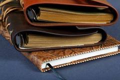 Pila de cuadernos en las cubiertas de cuero fotos de archivo libres de regalías