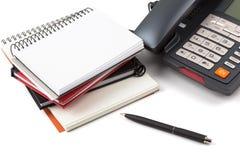 Pila de cuadernos y de teléfono digital Imagen de archivo libre de regalías