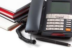 Pila de cuadernos y de teléfono digital Fotos de archivo